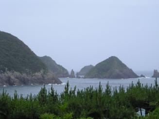 中央の尖った2つの岩が双剣石